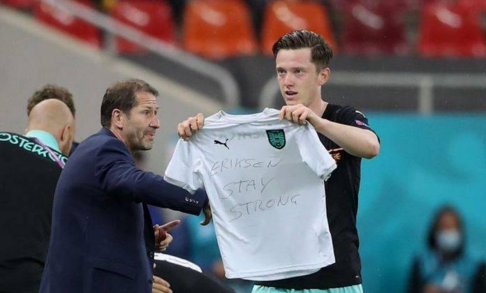 Gregoritsch mostra la maglia dedicata a Eriksen