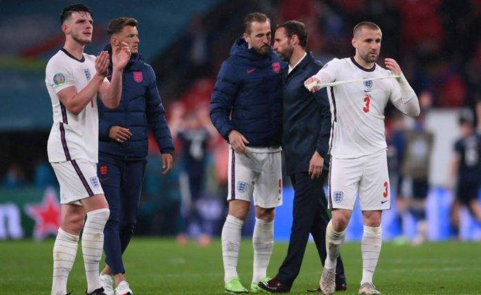 Southgate a colloquio con i giocatori dopo inghilterra-Scozia