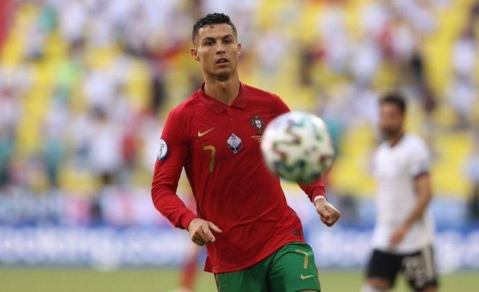 Cristiano Ronaldo insegue un pallone con il Portogallo