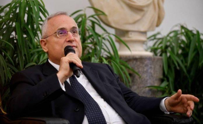 Claudio Lotito parla al microfono
