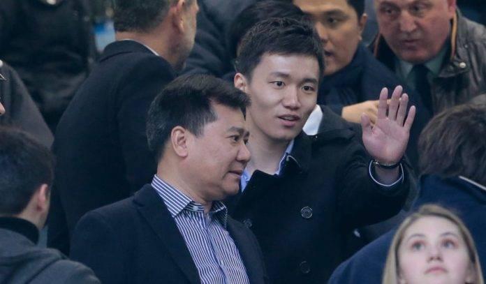 Jindong e Steven Zhang in tribuna
