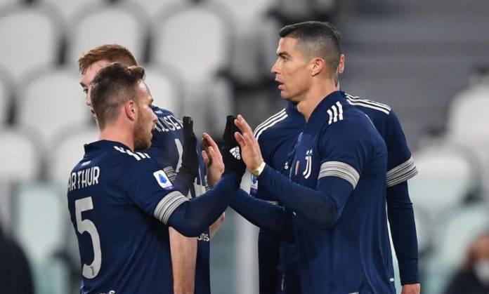 Arthur dà il cinque a Cristiano Ronaldo