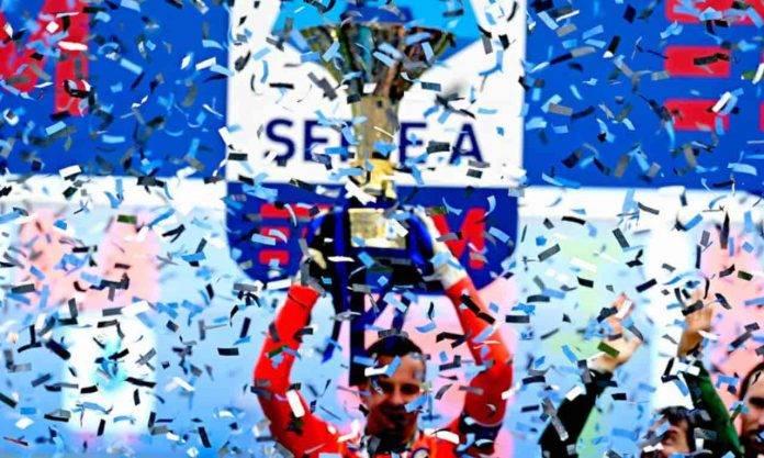 Handanovic solleva il trofeo della Serie A