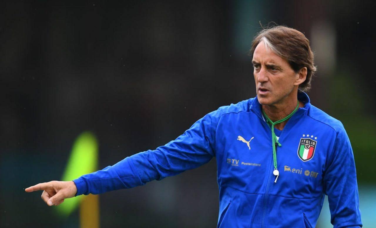 Mancini dà indicazioni alla squadra