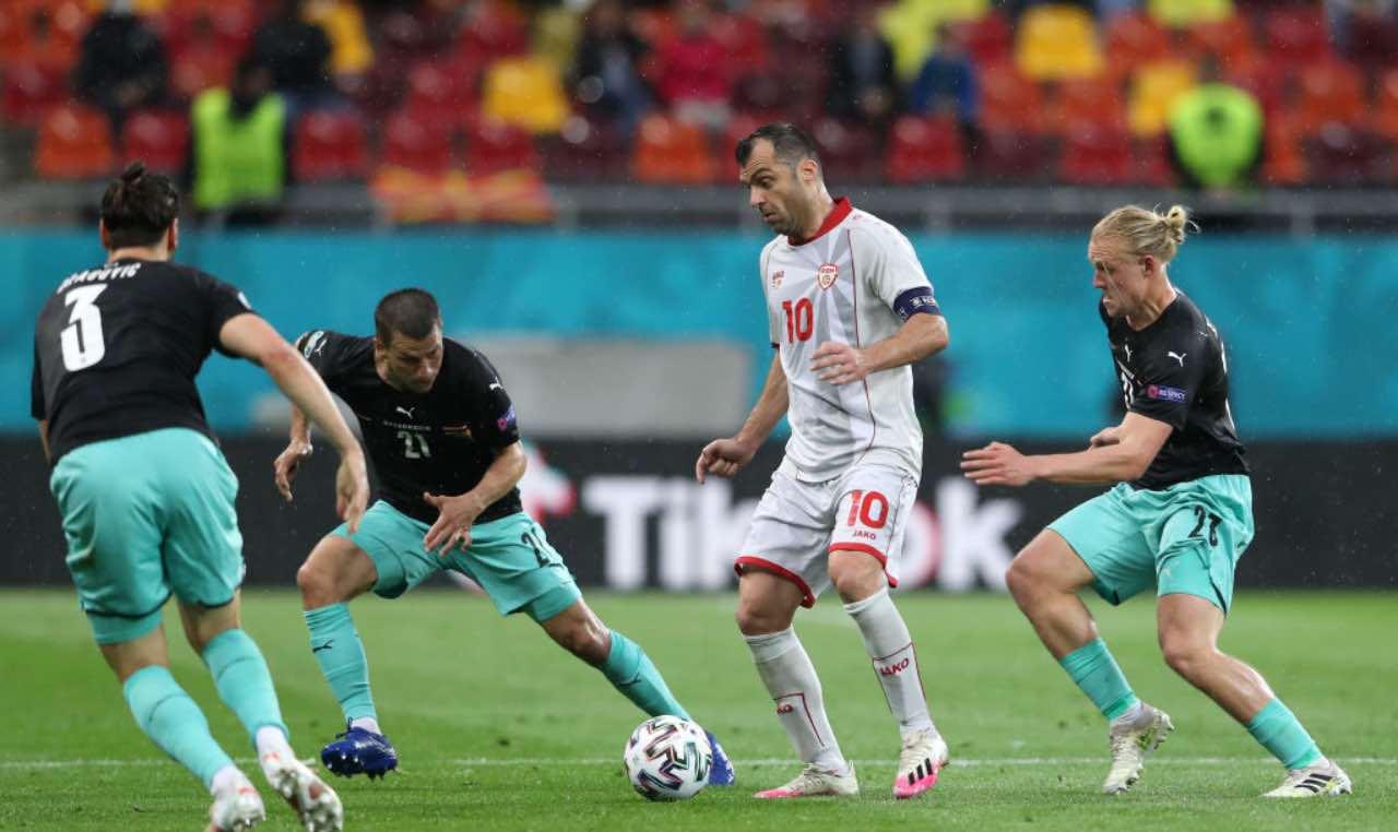 Pandev circondato dai giocatori austriaci