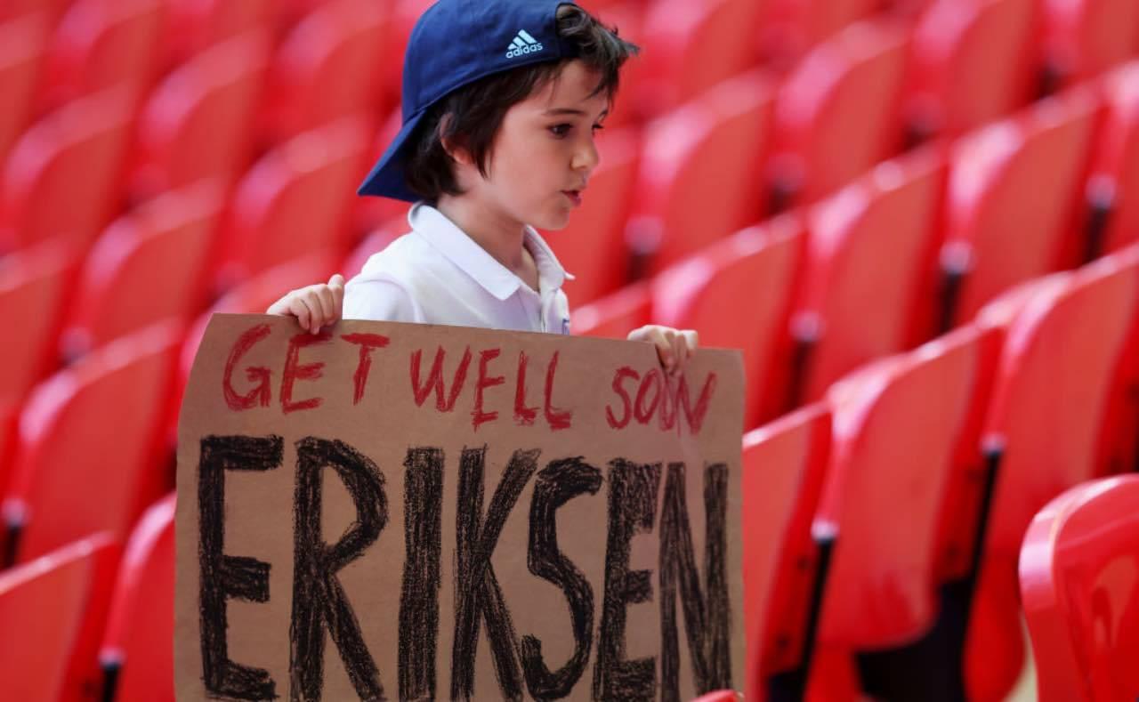 Il cartello di sostegno a Eriksen mostrato da un giovane tifoso inglese