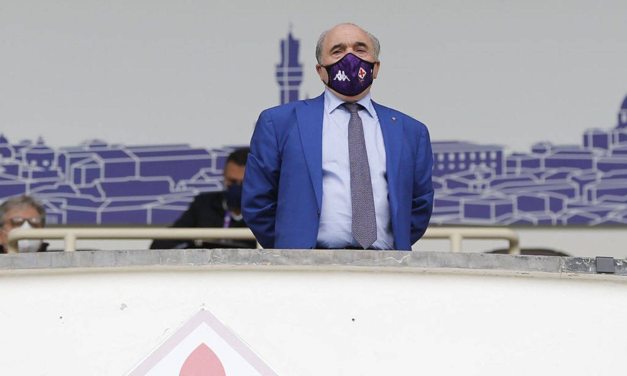 Rocco Commisso con mascherina viola