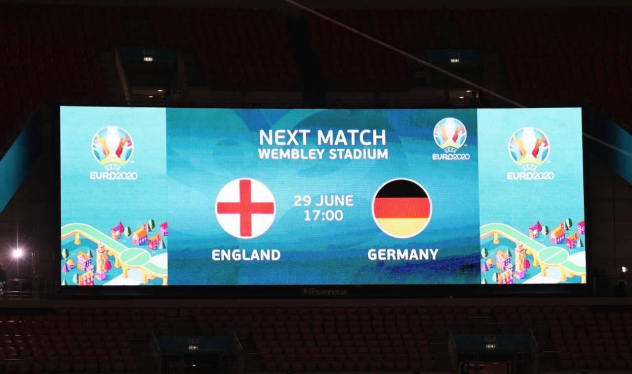 Il cartellone che annuncia la sfida tra Inghilterra e Germania