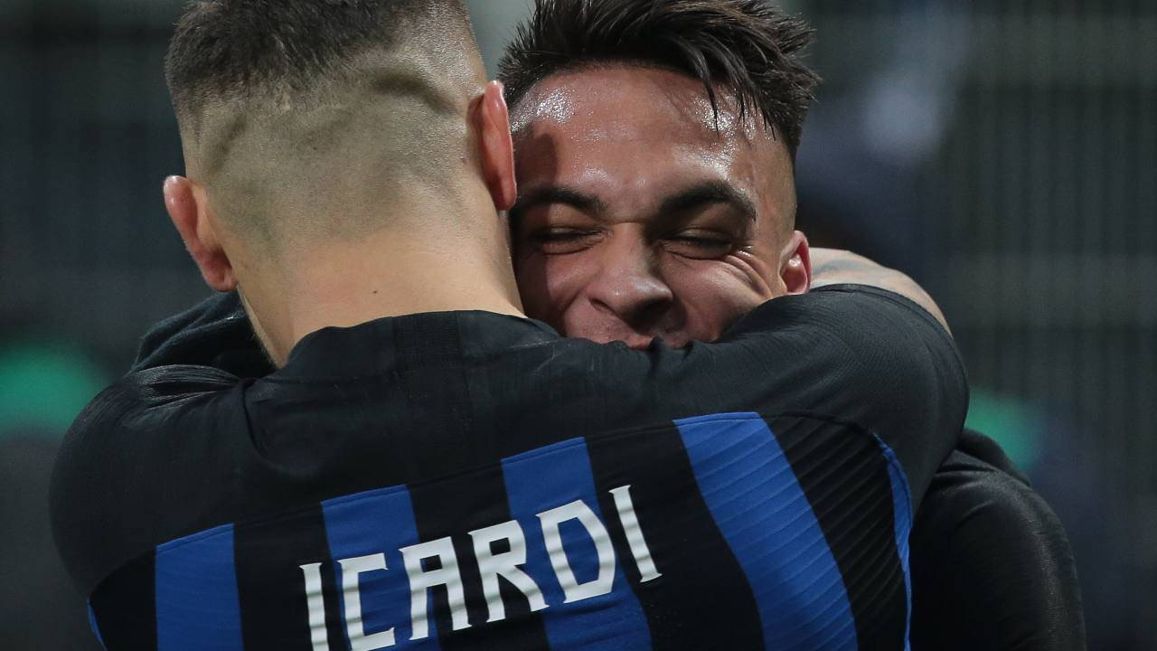 Icardi e Lautaro si abbracciano