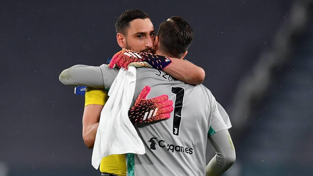 Donnarumma e Szczesny si abbracciano