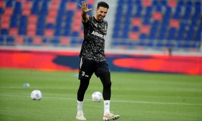 Buffon saluta con la maglia della Juventus