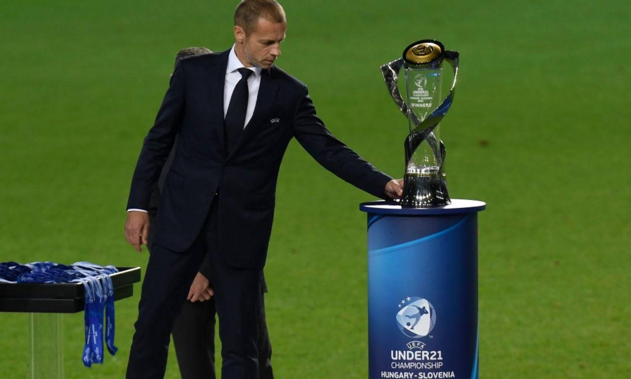Ceferin col trofeo degli Europei Under 21