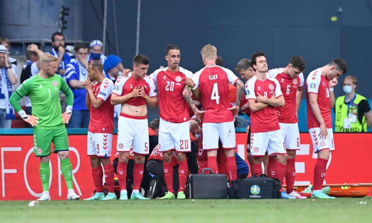 I giocatori della Danimarca intorno ad Eriksen