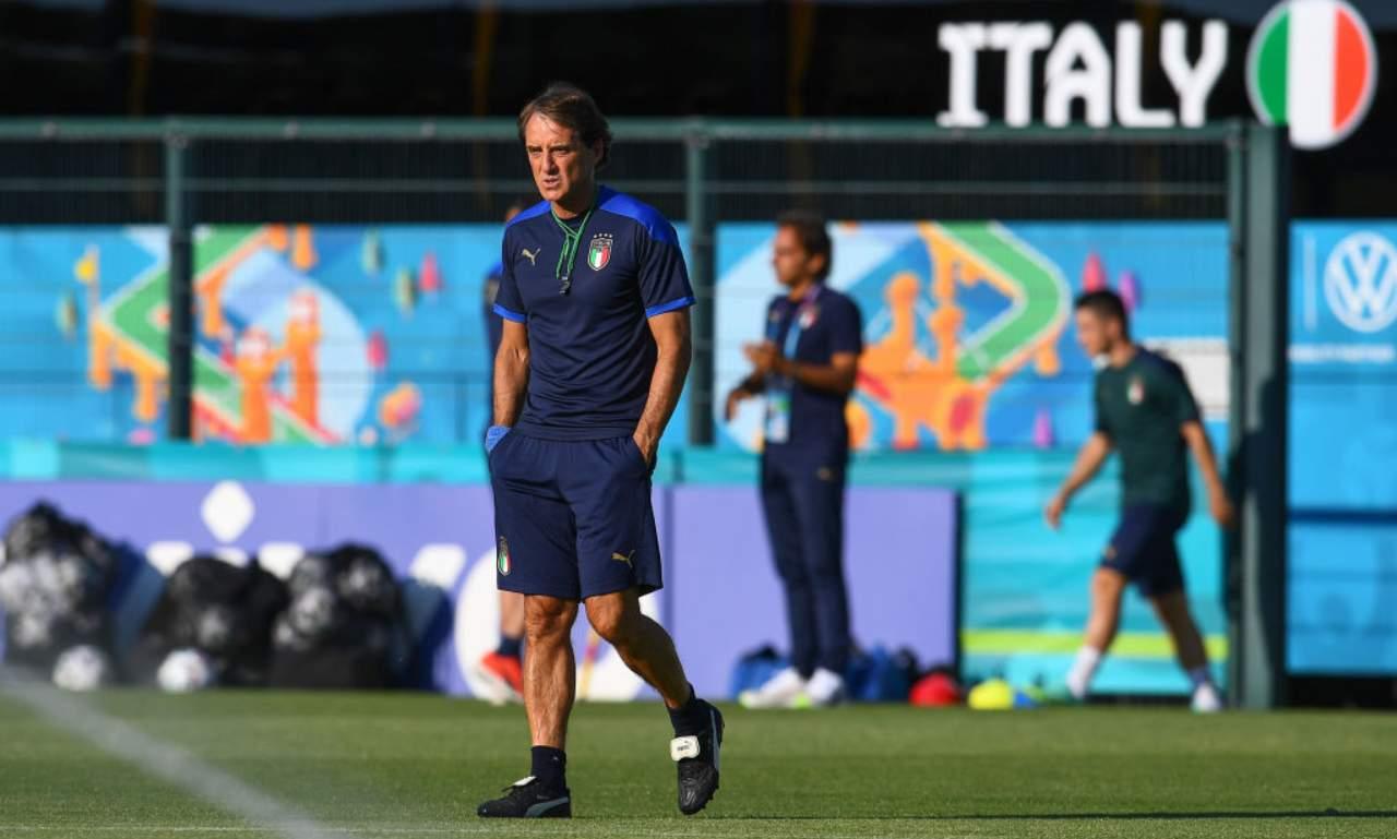 Mancini osserva allenamento