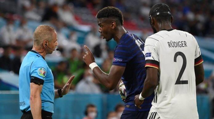 Pogba discute con l'arbitro