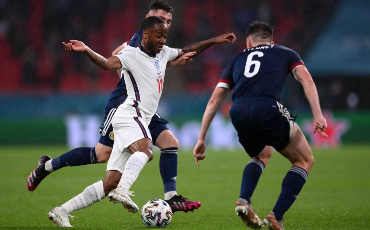 Sterling porta palla contro la Scozia