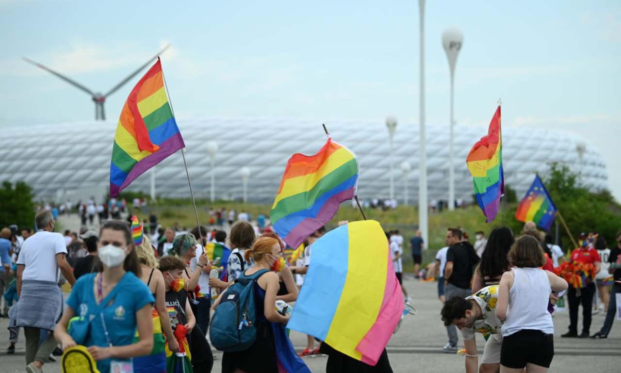 Tifosi con bandiere arcobaleno fuori allo stadio
