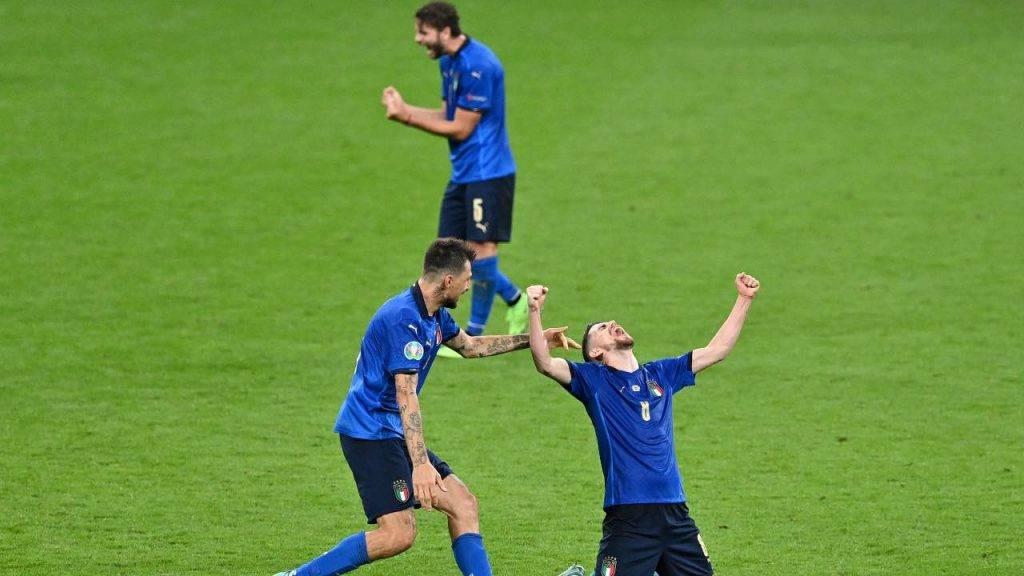 Acerbi, Jorginho e Locatelli festeggiano