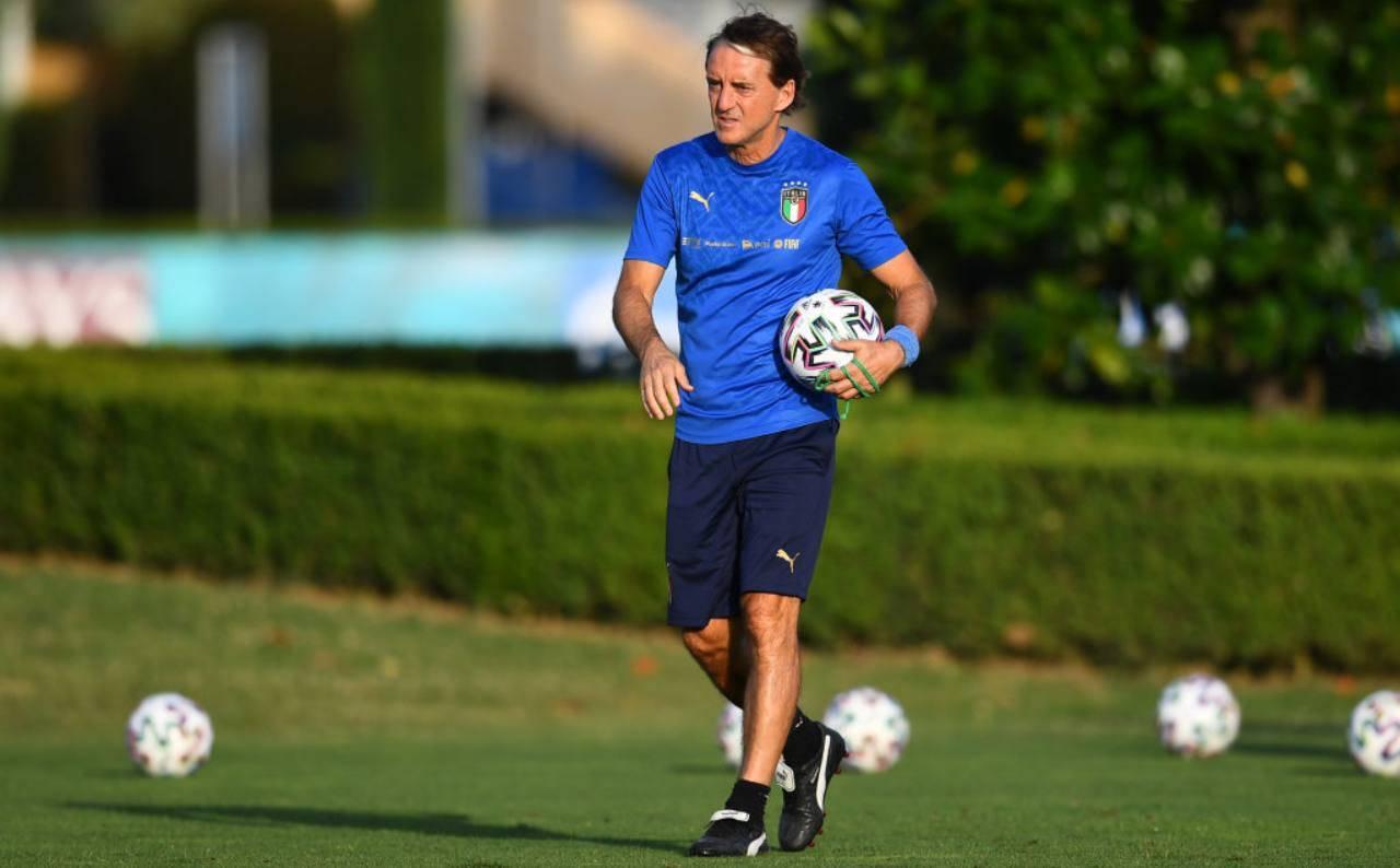 Mancini porta un pallone