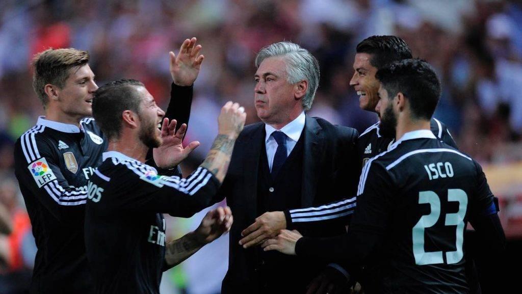 Ancelotti festeggia con i giocatori del Real Madrid