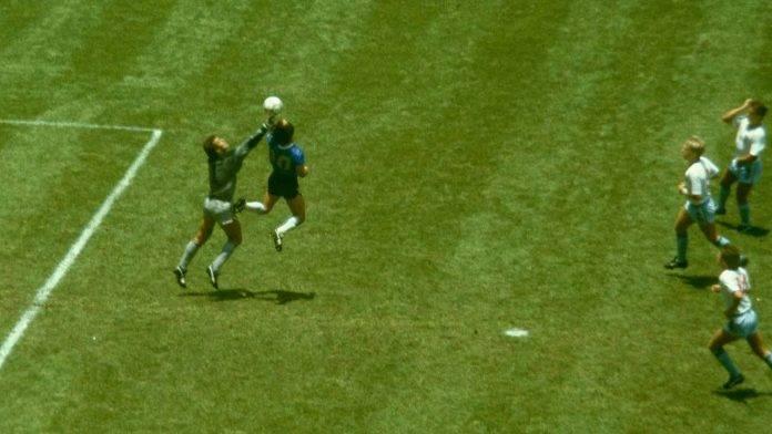 Maradona segna il gol di mano all'Inghilterra