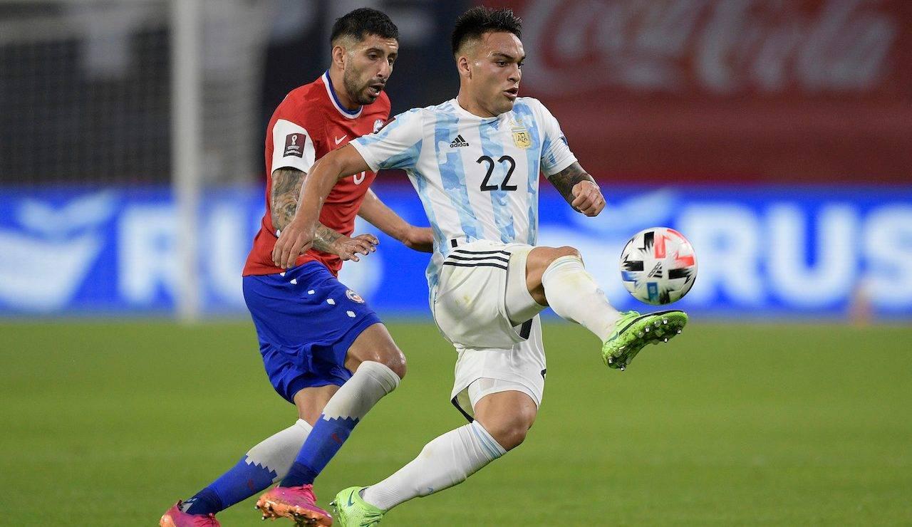 Lautaro Martinez aggancia il pallone