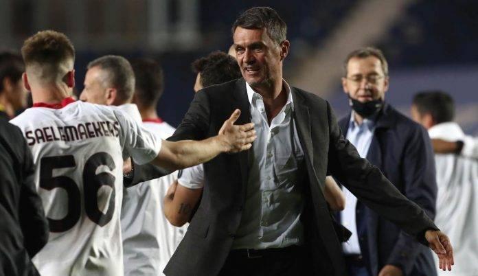 Maldini saluta i calciatori del Milan