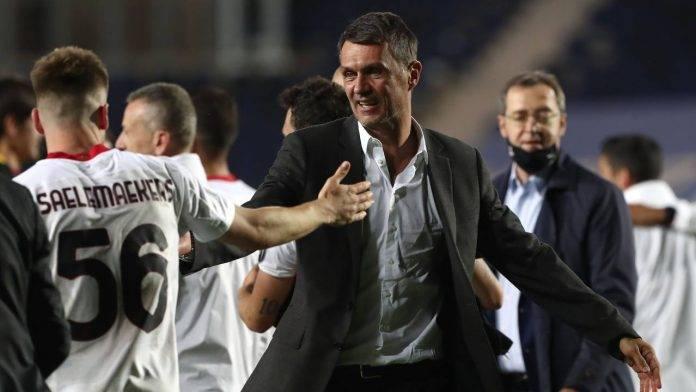 Paolo Maldini felice dopo l'ultima partita di campionato contro l'Atalanta