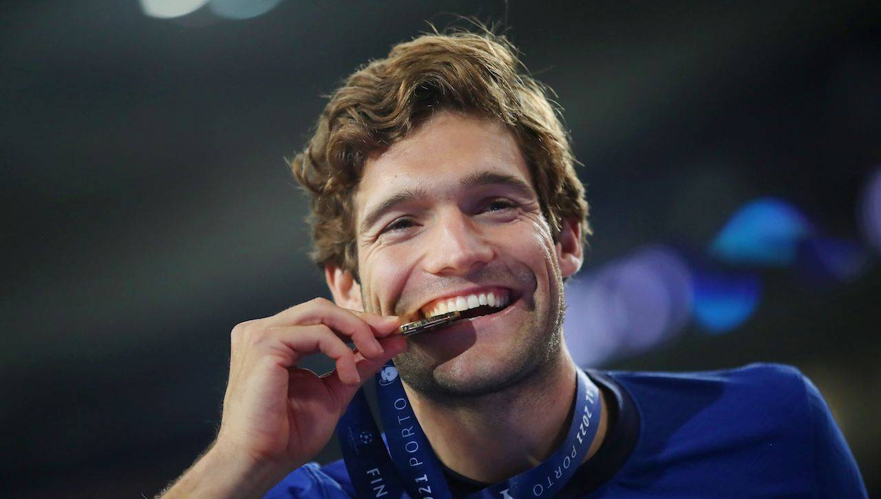 Marcos Alonso con la medaglia della Champions League