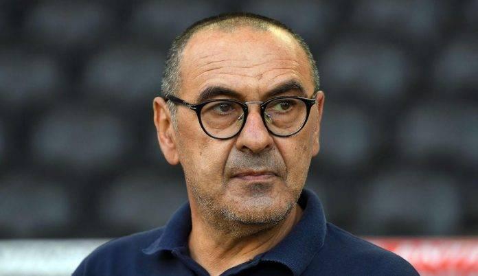 Maurizio Sarri guarda verso il campo