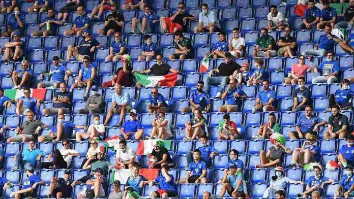 I tifosi dell'Italia rispettano la distanza durante la gara con il Galles