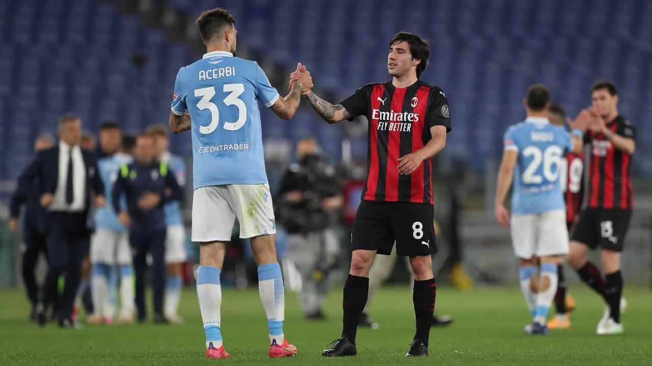 Sandro Tonali saluta Acerbi dopo l'ultimo Lazio-Milan