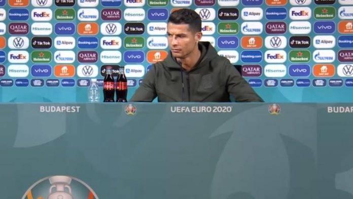 Ronaldo guarda bottiglia di Coca Cola