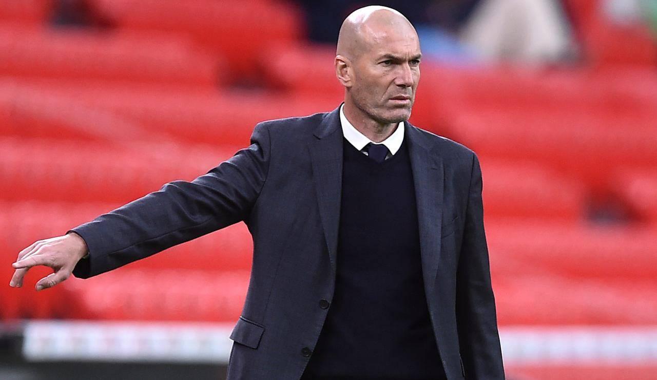 Zidane dà istruzioni ai suoi calciatori