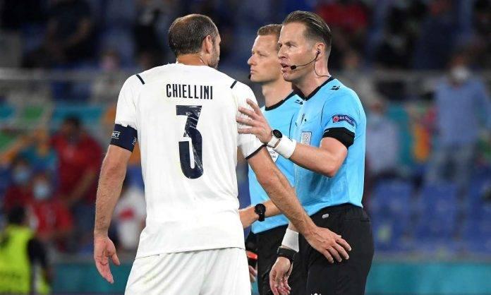 Chiellini protesta con l'arbitro