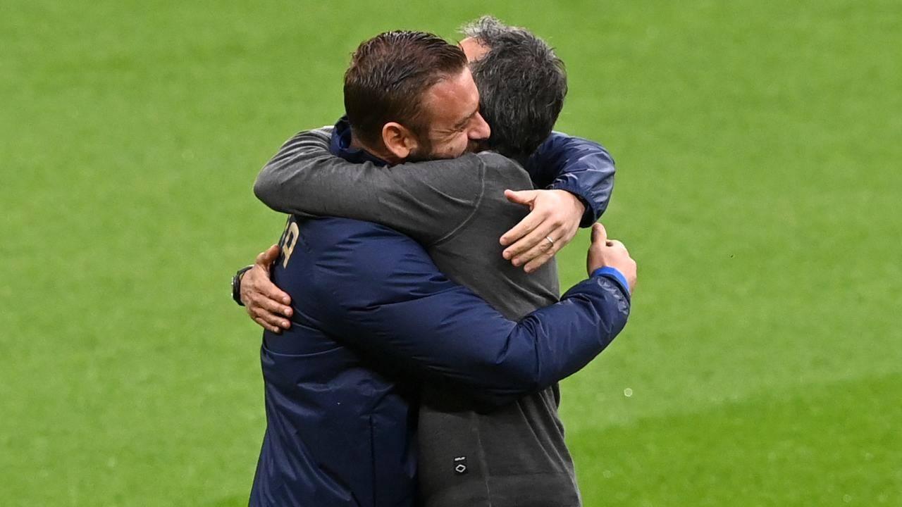 De Rossi e Luis Enrique si abbracciano