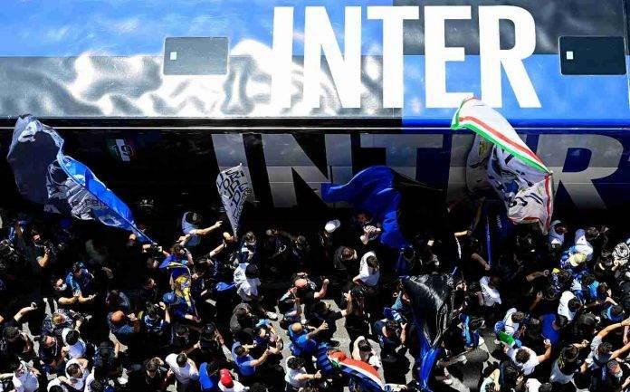 Tifosi dell'Inter esultano