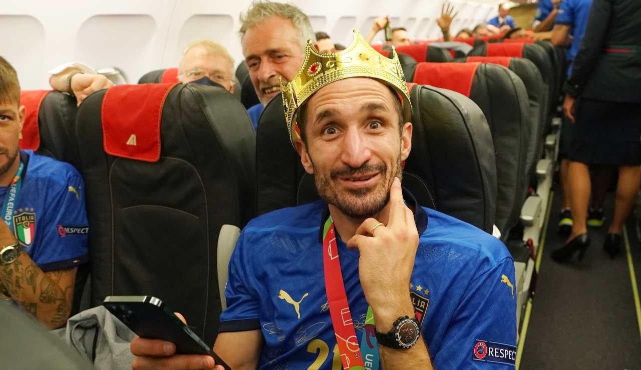 Chiellini con la corona dopo la vittoria di Euro 2020