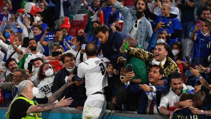 Chiellini festeggia con i tifosi