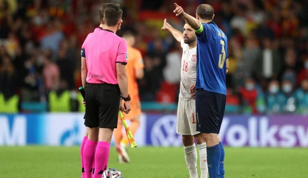 Chiellini e Jordi Alba non sono d'accordo sul punto di battuta