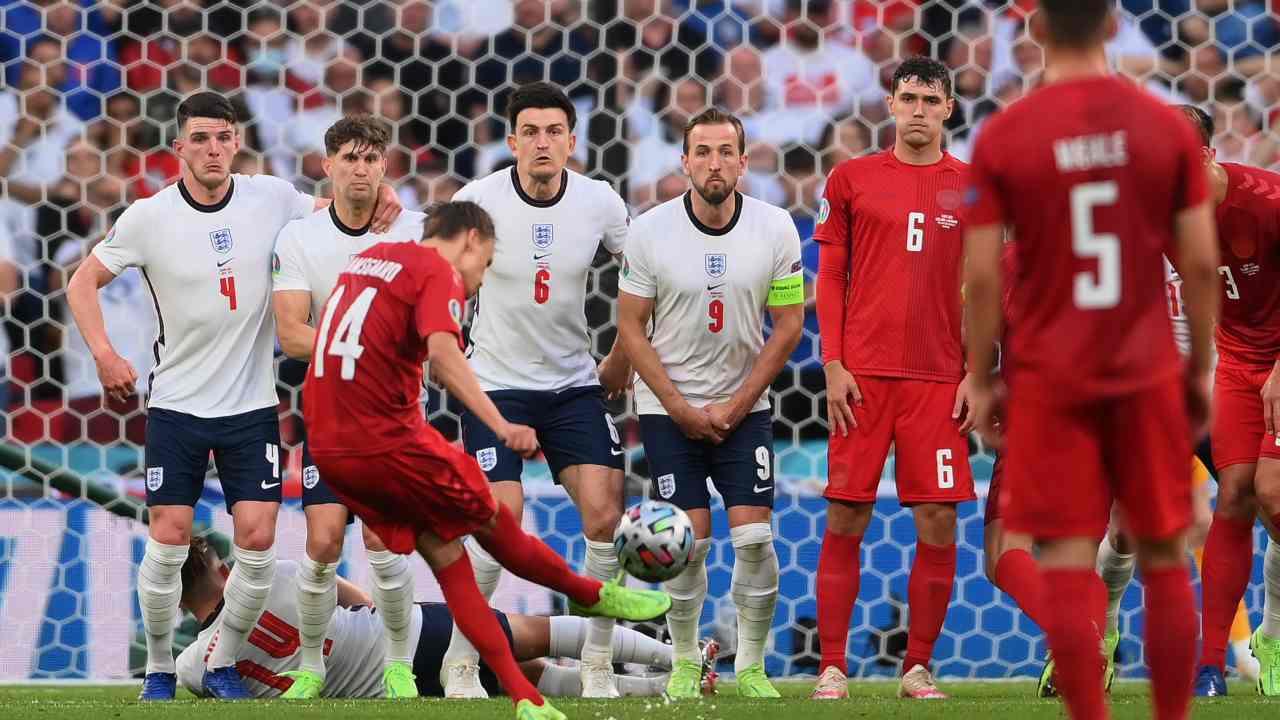 La punizione capolavoro di Damsgaard con cui la Danimarca ha sbloccato la semifinale con l'Inghilterra