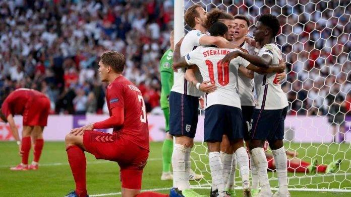 La festa dei calciatori dell'Inghilterra dopo l'autogol di Kjaer