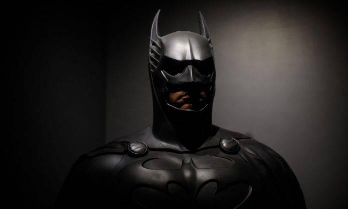 Uomo in costume di Batman