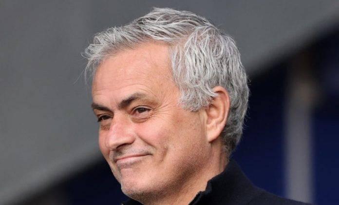 Mourinho con sorriso beffardo