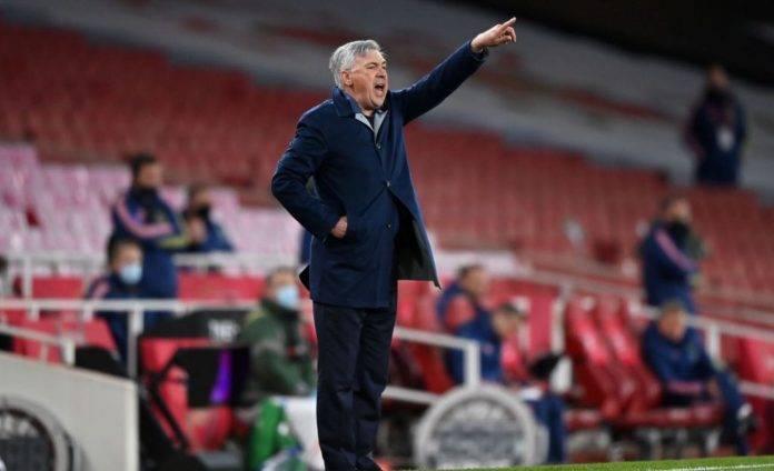 Carlo Ancelotti dà indicazioni alla sua squadra