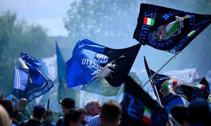 Le bandiere dei tifosi dell'Inter per la festa scudetto