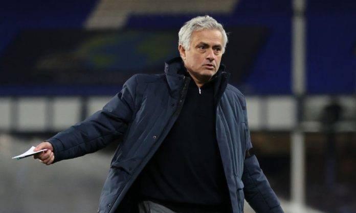 Mourinho con un foglio in mano