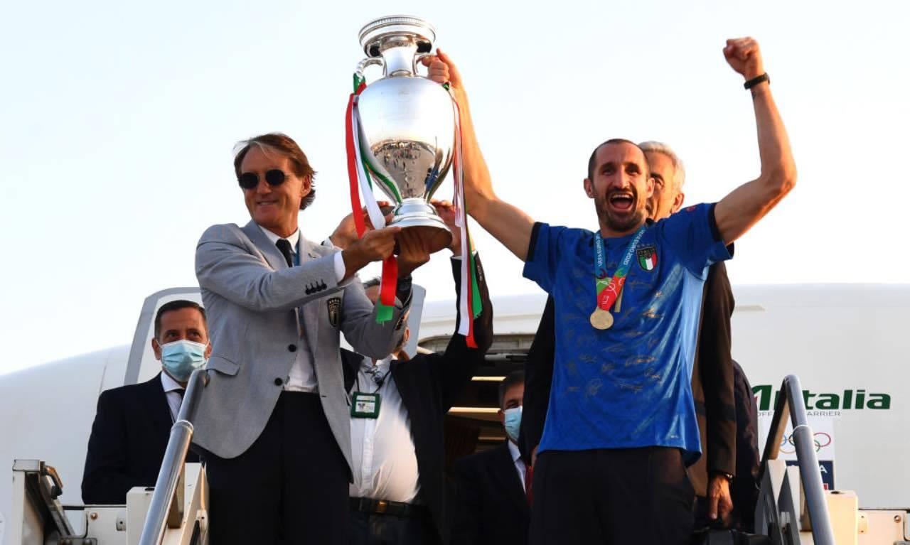 Mancini e Chiellini scendono dall'aereo con la coppa