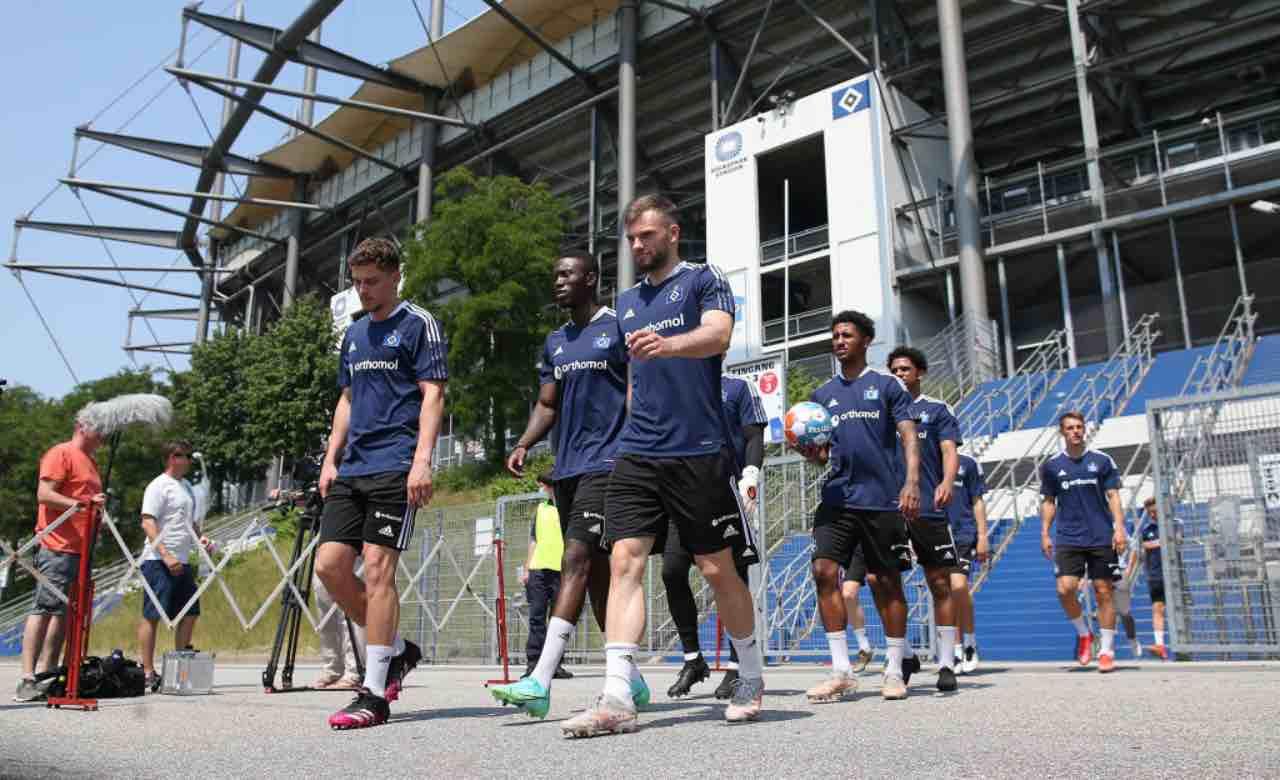 I giocatori dell'Amburgo escono dallo stadio