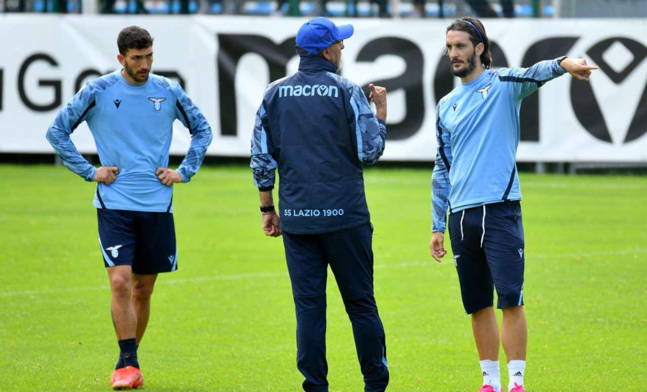 Sarri dà indicazioni a Luis Alberto e Cataldi